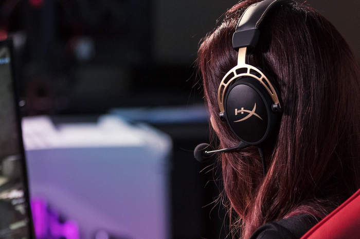 hx-promo-headset-cloud-alpha-gold-4a.jpg